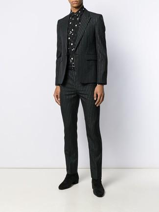 Comment porter: costume à rayures verticales noir, chemise de ville imprimée noire et blanche, bottines chelsea en daim noires, ceinture en cuir noire