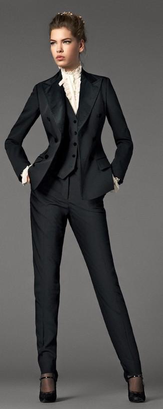 Un chemisier à manches longues à volants blanc et un costume sont l'association de ce que chaque fille stylée devrait avoir dans sa garde-robe. Cet ensemble est parfait avec une paire de des escarpins en dentelle noirs.