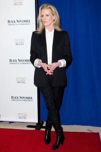 Costume noir chemisier a manches longues en soie blanc bottines en cuir noires large 23848