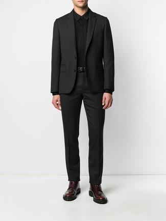 Comment porter: costume noir, pull à col polo noir, bottes de loisirs en cuir bordeaux, ceinture en cuir noire