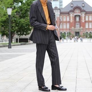 Comment s'habiller en automne: Pense à marier un costume à rayures verticales noir avec un pull à col roulé tabac pour aller au bureau. Une paire de mocassins à pampilles en cuir noirs apportera une esthétique classique à l'ensemble. C'est une tenue idéale pour être tout à fait tendance cet automne.