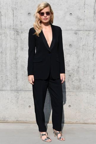 Comment porter: costume noir, sandales à talons en cuir argentées, lunettes de soleil roses