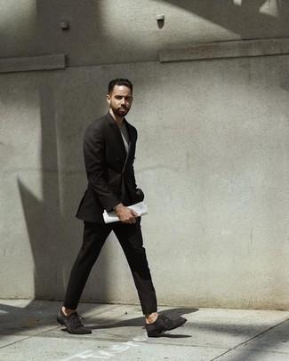 Comment porter un t-shirt à col rond gris: Associe un t-shirt à col rond gris avec un costume noir pour aller au bureau. Jouez la carte classique pour les chaussures et fais d'une paire de des chaussures richelieu en daim gris foncé ton choix de souliers.
