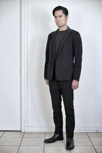 Comment porter un costume noir: Harmonise un costume noir avec un t-shirt à col rond gris foncé si tu recherches un look stylé et soigné. Une paire de des bottines chelsea en cuir noires ajoutera de l'élégance à un look simple.