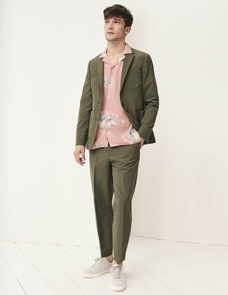 Comment porter un costume olive: Porte un costume olive et une chemise à manches courtes à fleurs rose pour aller au bureau. Jouez la carte décontractée pour les chaussures et fais d'une paire de des baskets basses en toile grises ton choix de souliers.