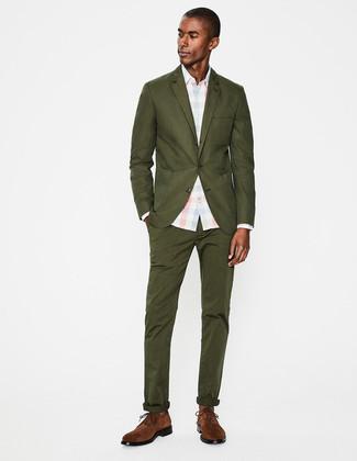 Comment porter: costume olive, chemise de ville à carreaux bleu clair, chaussures derby en daim marron