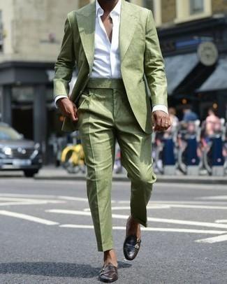 Comment porter un costume olive: Choisis un costume olive et une chemise de ville blanche pour un look pointu et élégant. Si tu veux éviter un look trop formel, fais d'une paire de des double monks en cuir marron foncé ton choix de souliers.