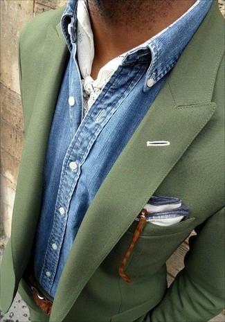 Comment porter: costume olive, chemise en jean bleue, pochette de costume blanche, écharpe imprimée blanche