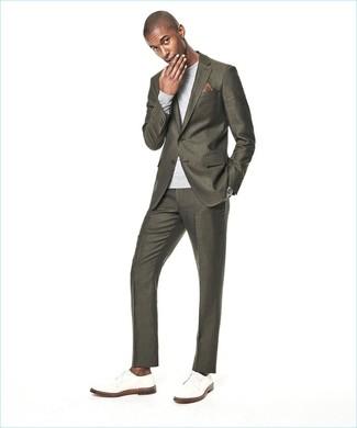 Comment porter: costume olive, pull à col rond gris, chaussures derby en cuir blanches, pochette de costume imprimée marron