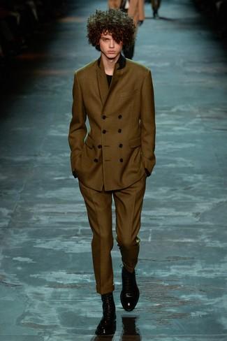 Comment porter: costume olive, pull à col rond noir, bottes habillées en cuir noires