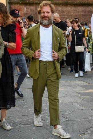 Comment porter un costume olive: Associe un costume olive avec un t-shirt à col rond blanc si tu recherches un look stylé et soigné. Si tu veux éviter un look trop formel, opte pour une paire de des baskets basses en toile blanches.