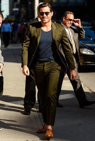 Costume olive t shirt a col rond gris fonce chaussures richelieu en cuir brunes claires large 21951