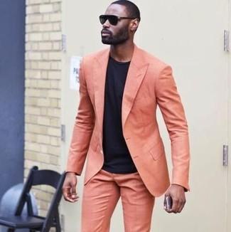 Comment porter: costume orange, t-shirt à col rond noir, lunettes de soleil noires