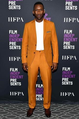 Comment porter: costume orange, t-shirt à manche longue blanc, double monks en cuir bordeaux