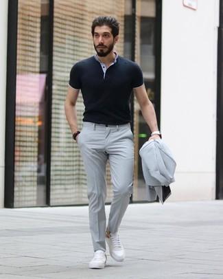 Comment porter: costume gris, polo noir, baskets basses en cuir blanches, montre en cuir blanche
