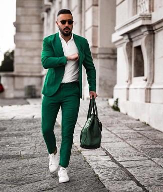Comment porter: costume vert, polo blanc, baskets basses en cuir blanches, sac fourre-tout en cuir vert foncé