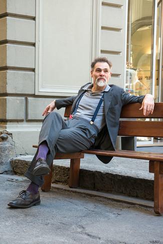 Comment porter: costume gris, polo gris, chaussures brogues en cuir marron foncé, bretelles bleu marine