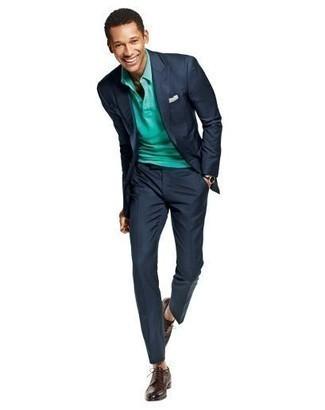 Comment porter une montre en cuir noire: Marie un costume bleu marine avec une montre en cuir noire pour une tenue confortable aussi composée avec goût. D'une humeur créatrice? Assortis ta tenue avec une paire de chaussures derby en cuir marron foncé.