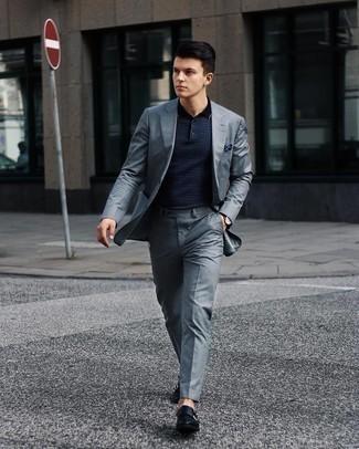 Comment porter une montre en cuir marron foncé: Associe un costume gris avec une montre en cuir marron foncé pour une tenue idéale le week-end. Ajoute une paire de double monks en cuir bleu marine à ton look pour une amélioration instantanée de ton style.