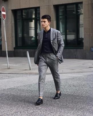 Tendances mode hommes: Pense à marier un costume gris avec un polo imprimé bleu marine pour aller au bureau. Fais d'une paire de double monks en cuir noirs ton choix de souliers pour afficher ton expertise vestimentaire.