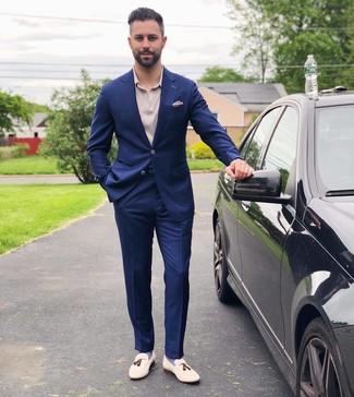 Comment porter: costume bleu marine, polo beige, mocassins à pampilles en cuir blancs, pochette de costume beige