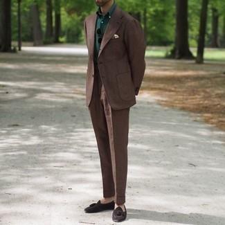 Comment porter un costume: Associe un costume avec un polo vert foncé pour créer un look chic et décontracté. Une paire de mocassins à pampilles en daim marron foncé apportera une esthétique classique à l'ensemble.