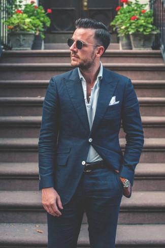 Comment porter: costume bleu marine, polo à rayures horizontales bleu clair, pochette de costume blanche, ceinture en cuir bleu marine