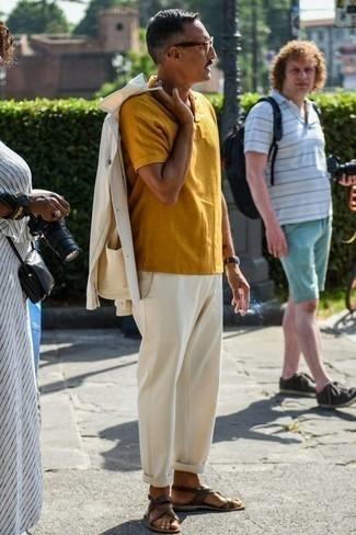 Comment porter un costume blanc: Opte pour un costume blanc avec un polo moutarde pour créer un look chic et décontracté. Si tu veux éviter un look trop formel, assortis cette tenue avec une paire de des sandales en cuir marron foncé.
