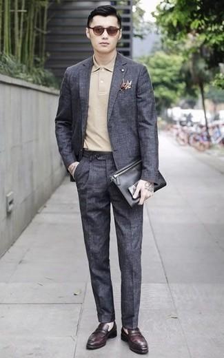 Comment porter des slippers en cuir bordeaux: Choisis un costume gris foncé et un polo beige pour créer un look chic et décontracté. Une paire de des slippers en cuir bordeaux rendra élégant même le plus décontracté des looks.