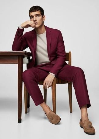 Comment porter des mocassins à pampilles en daim marron clair: Porte un costume pourpre et un pull à col rond blanc pour dégager classe et sophistication. Termine ce look avec une paire de des mocassins à pampilles en daim marron clair.