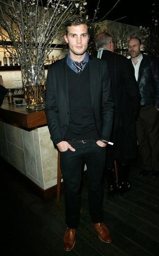 Tenue de Jamie Dornan: Costume noir, Pull à col en v noir, Chemise de ville écossaise bleu marine, Chaussures brogues en cuir marron