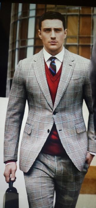 Sois au sommet de ta classe en portant un pull à col en v rouge et un costume écossais gris.
