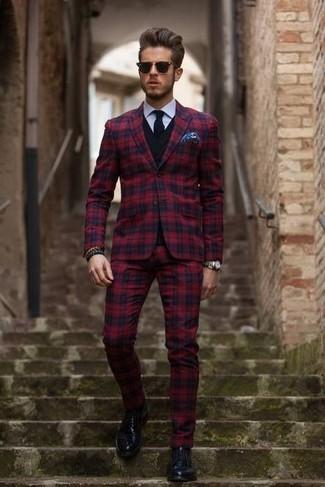 Comment porter: costume écossais rouge, pull à col en v noir, chemise de ville blanche, chaussures derby en cuir noires
