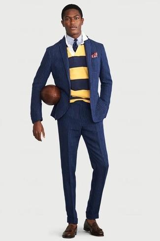 Comment porter: costume à rayures verticales bleu marine, pull à col polo à rayures horizontales jaune, chemise de ville bleu clair, mocassins à pampilles en cuir marron foncé