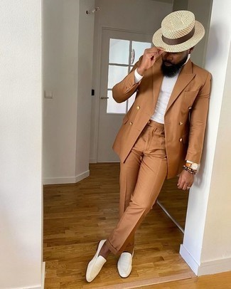 Comment porter un costume tabac: Essaie d'associer un costume tabac avec un pull à col polo blanc pour dégager classe et sophistication. Tu veux y aller doucement avec les chaussures? Opte pour une paire de des slippers en cuir blancs pour la journée.
