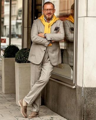 Tenue: Costume beige, Pull à col rond jaune, Chemise à manches longues bleu clair, Slippers en daim beiges