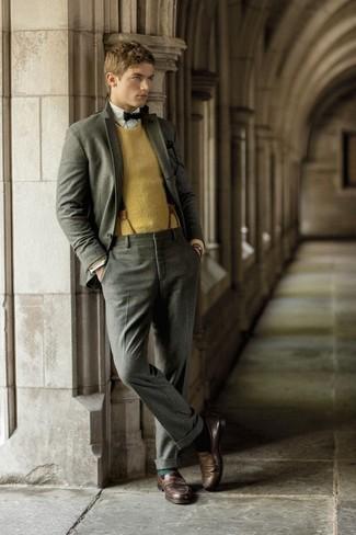 Comment porter: costume en laine gris, pull à col rond moutarde, chemise à manches longues blanche, slippers en cuir marron foncé