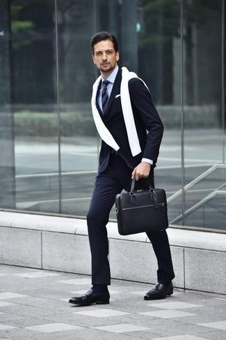 Comment porter des chaussettes bleu marine à 30 ans: Pour créer une tenue idéale pour un déjeuner entre amis le week-end, pense à associer un costume à rayures verticales bleu marine avec des chaussettes bleu marine. Une paire de des slippers en cuir noirs ajoutera de l'élégance à un look simple.
