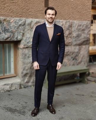 Comment porter un pull à col rond marron clair: Pense à harmoniser un pull à col rond marron clair avec un costume bleu marine pour un look classique et élégant. D'une humeur audacieuse? Complète ta tenue avec une paire de chaussures richelieu en cuir marron foncé.