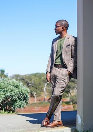 Comment porter: costume écossais gris, pull à col rond olive, mocassins à pampilles en cuir marron, pochette de costume imprimée bleu marine