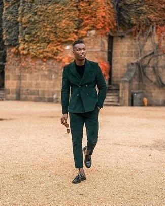 Comment porter un pull à col rond noir: Choisis un pull à col rond noir et un costume en velours côtelé vert foncé pour un look pointu et élégant. Cette tenue se complète parfaitement avec une paire de des mocassins à pampilles en cuir noirs.