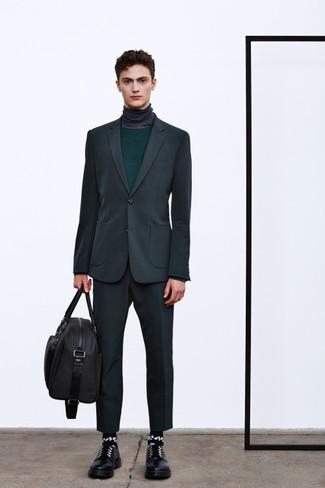 Comment porter: costume gris foncé, pull à col rond vert foncé, pull à col roulé gris foncé, chaussures derby en cuir noires