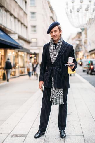 Comment porter: costume à rayures verticales noir, pull à col rond noir, slippers en cuir noirs, écharpe en pied-de-poule blanche et noire