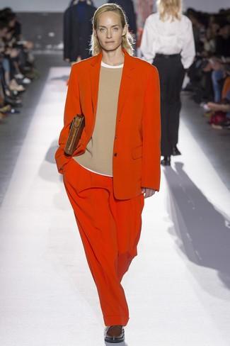 Comment porter: costume rouge, pull à col rond marron clair, t-shirt à col rond blanc, chaussures richelieu en cuir marron foncé