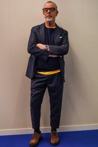 Comment porter un pull à col rond bleu marine: Associe un pull à col rond bleu marine avec un costume à rayures verticales bleu marine pour créer un look chic et décontracté. D'une humeur créatrice? Assortis ta tenue avec une paire de des chaussures derby en daim marron.