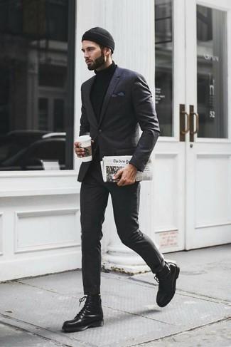 Comment porter: costume écossais gris foncé, pull à col roulé noir, bottes de loisirs en cuir noires, bonnet noir