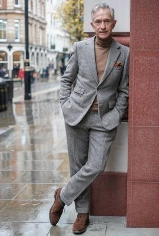 Comment porter un costume en laine gris: Opte pour un costume en laine gris avec un pull à col roulé en laine marron pour un look pointu et élégant. Une paire de des chaussures brogues en daim marron est une option génial pour complèter cette tenue.