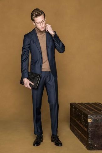 Comment porter un pull à col roulé marron clair: Pense à harmoniser un pull à col roulé marron clair avec un costume bleu marine pour un look pointu et élégant. Une paire de des chaussures brogues en cuir noires est une option parfait pour complèter cette tenue.