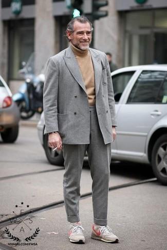 Comment porter un costume en laine gris: Harmonise un costume en laine gris avec un pull à col roulé en laine marron clair pour un look pointu et élégant. Jouez la carte décontractée pour les chaussures et choisis une paire de des chaussures de sport beiges.