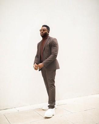 Tendances mode hommes: Choisis un costume marron et un pull à col roulé en tricot marron pour un look classique et élégant. Si tu veux éviter un look trop formel, termine ce look avec une paire de chaussures de sport blanches.